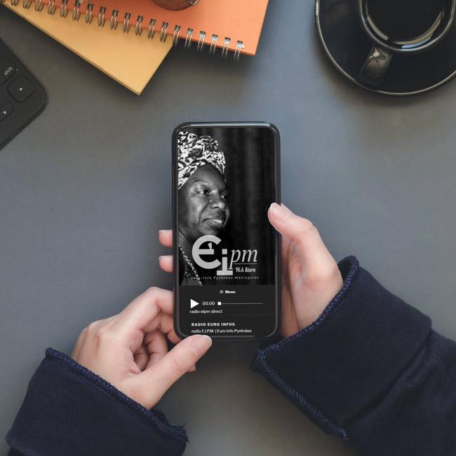 Un téléphone avec une application de radio
