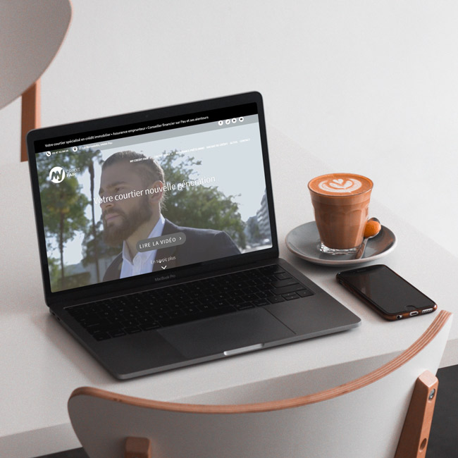 Ordinateur affichant un site internet responsive d'un courtier en immobilier