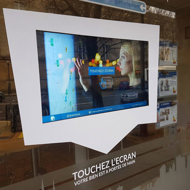 vitrine tactile d'une agence immobiliere